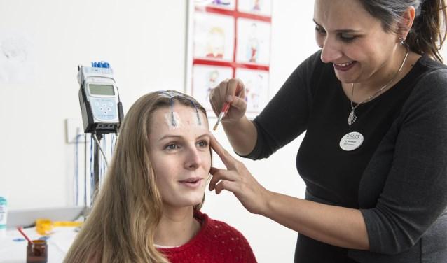 Patiënt krijgt een EEG-onderzoek
