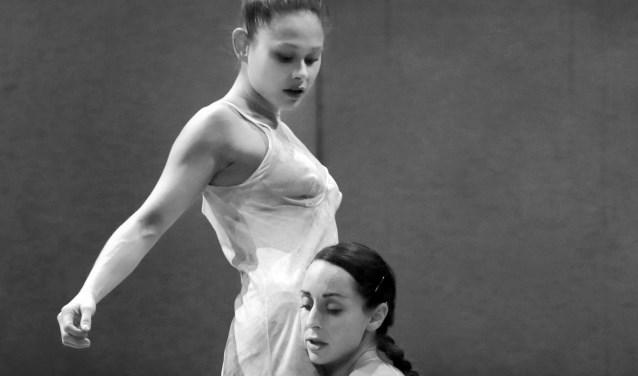 De jonge lijven van de dansers van Conny Janssen Danst worden langzaam oud in BROOS.