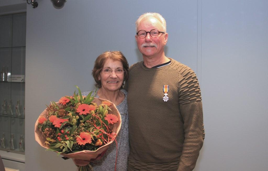 'Een mooie beloning', noemt Harry Wanders de onderscheiding die hem ten deel viel. Zijn vrouw Gerda betrok hij nadrukkelijk bij de huldiging.