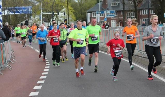Martin de Jong (in groen shirt met hand voor hardloopnummer) onderweg in een andere hardloopwedstrijd. In april gaat hij in Griekenland hardlopen.