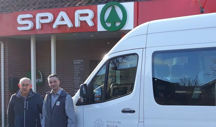Een mooie samenwerking tussen Spar Vrielink en SWL. Op de foto de heer Vrielink (Spar) en de heer Eekhuis (coördinator SWL bussen