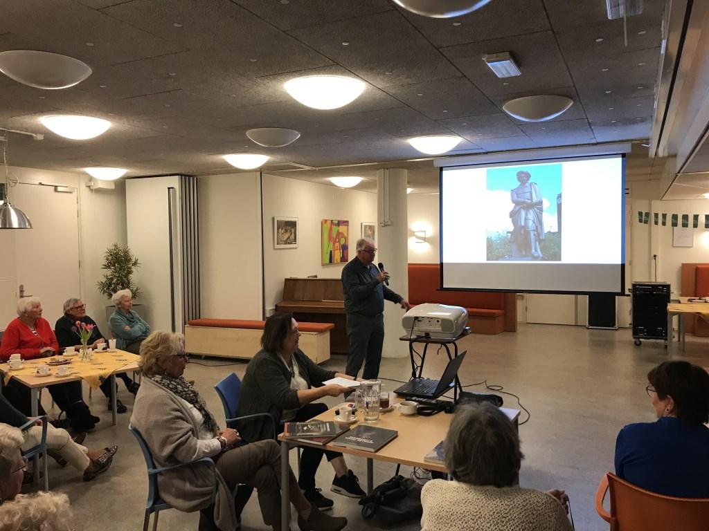 Voorzitter van SB,  Frits Velker sluit de lezing/presentatie  Rembrandt en tijdgenoten af.  Foto: Cees Broekhuizen © Persgroep