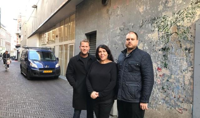 Raadslid Ralf Sluijs (links) samen met ondernemers voor de muur waar de street art gaat komen.