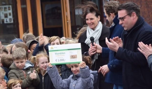 Wethouder Richard de Mos legde de Gulden Klinker in het schoolplein in Leidschenveen.