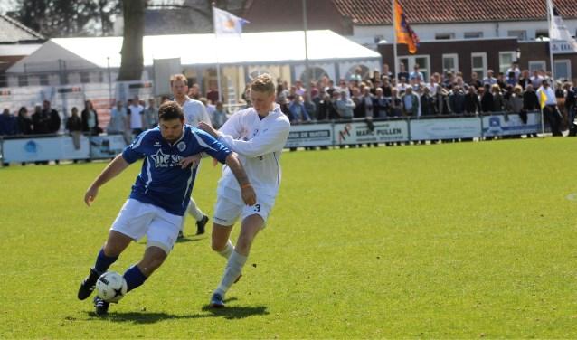 Sfeerbeeld uit een van de vorige wedstrijden tussen Nieuwkuijk en Haarsteeg. Duels die altijd veel publiek op de been brengen. Foto: Wout Pluijmert