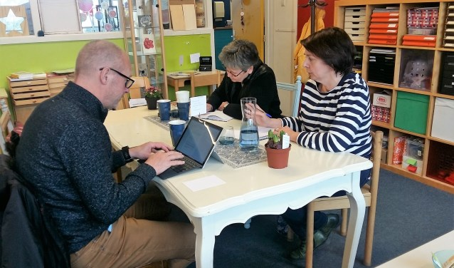 Mariola Dirkzwager (rechts) samen met enkele enthousiaste schrijvers tijdens de eerste Schrijfkroeg in De Centrale. ''Het is fijn als je elkaar kunt inspireren.'' (Foto: Karin Doornbos)