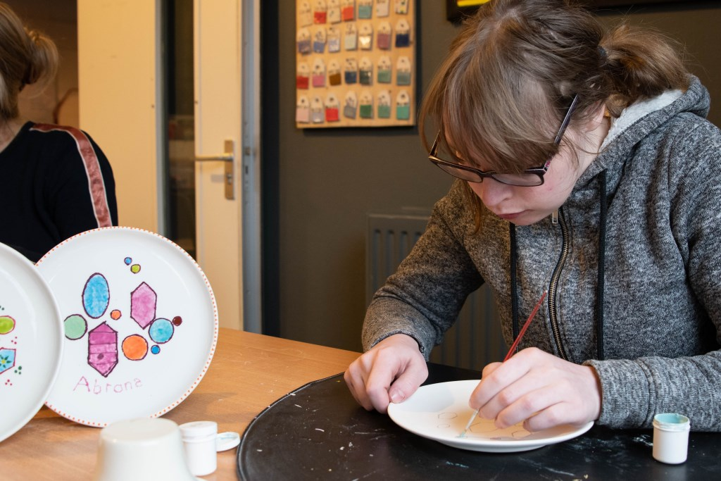 Evelien schildert nieuw logo op gebakschaal. Foto: Suzanne Veenhof Foto: Suzanne Veenhof © Persgroep