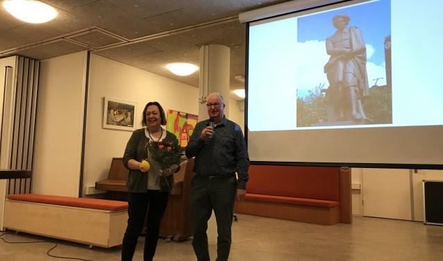 Frits Velker, voorzitter van  SB bedankt Drs. Nelly Spanjersberg voor de boeiende lezing Rembrandt en tijdgenoten.