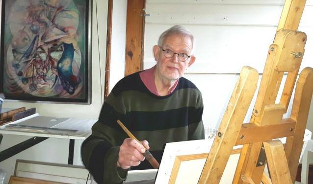 Adri Post, 80 jaar, werkend in zijn zolderkamer atelier. Kunstenaar van de expostie met een Alzheimer stempel, Loolaan Atelier.