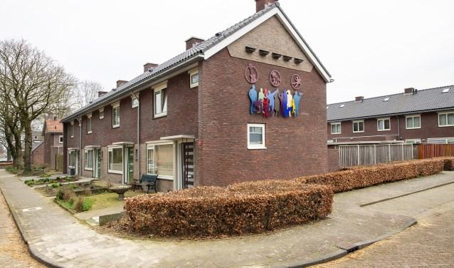 De gerenoveerde woningen met kunstwerk op de zijgevel . FOTO: Maarten Coolen.