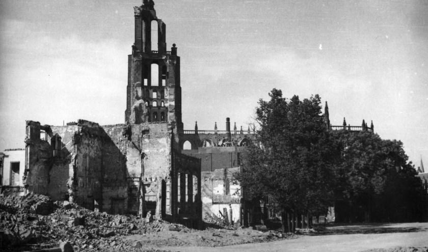 De zwaar beschadigde Eusebiuskerk in Arnhem in 1945, symbool van een verwoeste stad. (foto: Collectie Gelders Archief)