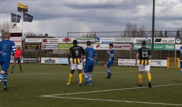 Verborgen achter Valk-spits josemar Makiavala en een verdediger van Bekkerveld schiet Luuk Broers de bal in het doel voor de 3-0.