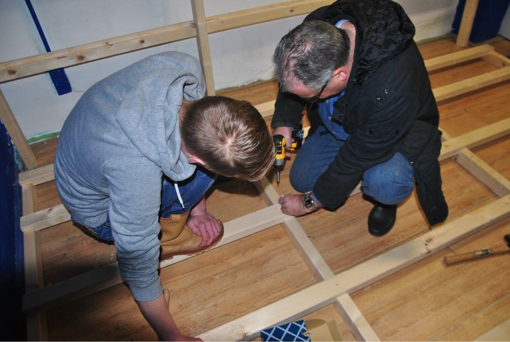 Wethouder André van der Reest helpt een handje Foto: Sandra Harthoorn © Persgroep