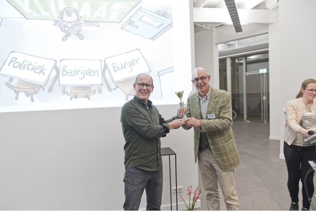 Maarten Wolterink (links) krijgt de prijs overhandigd door juryvoorzitter René Polman.  Foto: Rene Fokkink  © Persgroep