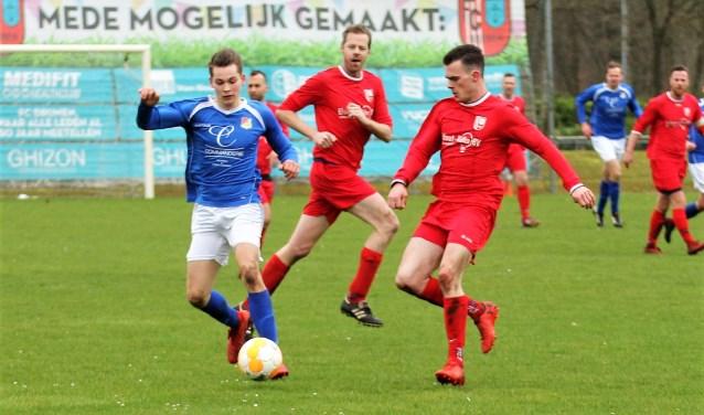 Beeld uit de wedstrijd FC Drunen tegen Riel in de beginfase, waarin de thuisclub (rood tenue) door het windvoordeel de baas was. Uiteindelijk werd het 0-3 voor de gasten. Foto: Wout Pluijmert