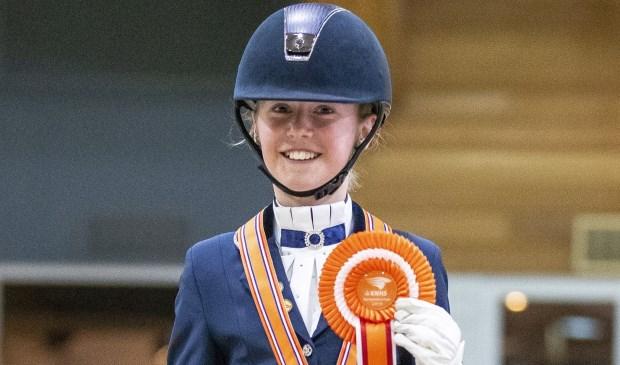 Jillwerd gehuldigd op het podium met een bronzen plak en een mooie rozet voor haar pony.