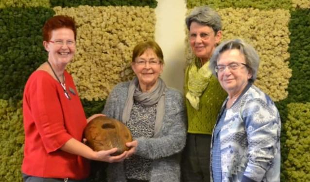 Mijns Blokland, Jannie Klop en Corrie van Kampen, bestuursleden van Kringloopwinkel de Cirkel, overhandigden de Cradle. (Foto: pr)