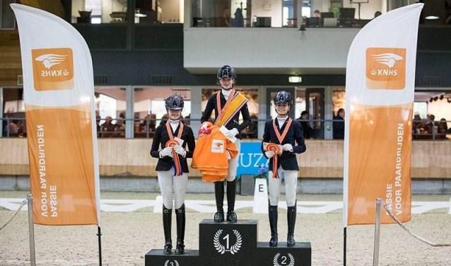 Lynn bovenaan het podium als nieuwe Nederlands kampioene in de dressuursport.