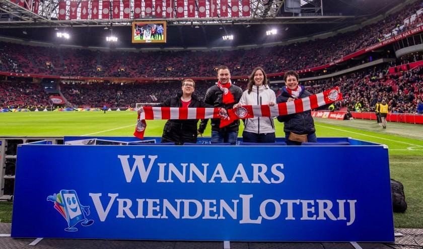 Laura Mulder (links) uit Renkum won in de VriendenLoterij een plaats op een Fieldseat en zag de wedstrijd Ajax-Fortuna Sittard samen met drie vrienden. (Foto: Pro Shots)