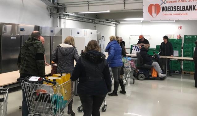 Naast de geroosterde uitgifte van voedselpakketten is er nóg een verandering aangebracht. Winkelwagens zorgen ervoor dat klanten niet meer met zware tassen hoeven te zeulen. Op termijn moet de Voedselbank steeds meer op een echte supermarkt lijken.