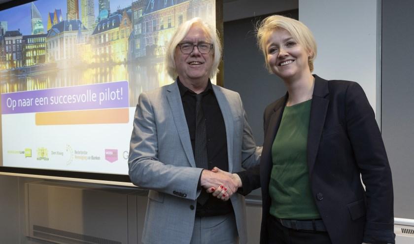 Wethouder Bert van Alphen (armoedebestrijding) en Aleid van der Zwan (Hoofd Beleid NVB)
