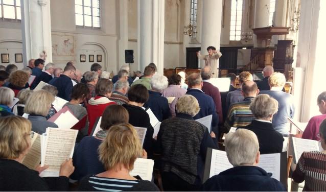 Onder bezielende leiding van dirigent Els Dijkerman gaan zangers en zangeressen aan de slag met Bach