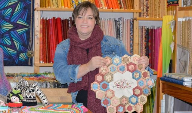 """Nienke Kamp: """"We hebben drie disciplines:het quilten, het breien en haken en het borduren.'' Foto: Kitty de Bot - Sjiek Photo & Film"""