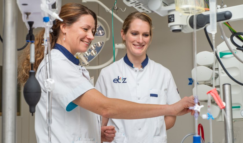 SEH-verpleegkundige Tessy van Looy (l.) maakt flight nurse Svenja Cabollet wegwijs op de SEH. foto: ETZ | afd Fotografie & Film | Ellen den Ouden