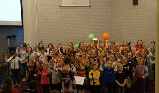 De kinderkoren Com nu met Sangh uit Bruchem, De Maaszangertjes uit Hedel, Immanuel uit Brakel en Eigenwijs uit Zuilichem vormden zaterdag één groot kinderkoor.