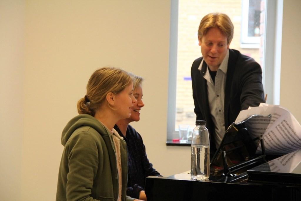 Gerdina en Alice kregen les van Stefan Blaak Foto: Muziekschool de Muzen © Persgroep