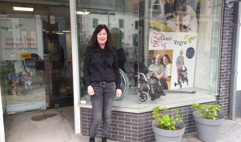 Sonja van Eldik voor de Thuiszorgwinkel aan de Gasthuisstraat in Zaltbommel die 4 april feestelijk wordt geopend door wethouder Bragt.
