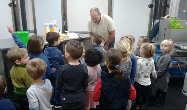 Bakker Richard Heemsbergen toont de kids hoe je koekjes maakt.