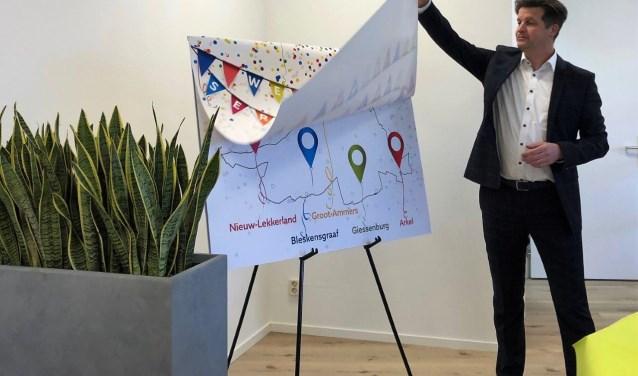 Wethouder Bram Visser laat de kaart zien waar alle vijf de servicepunten openen. (Foto: pr)