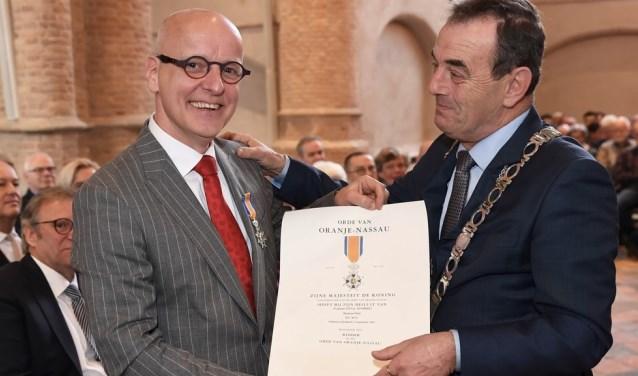 Peter de Wit toont trots zijn onderscheiding.