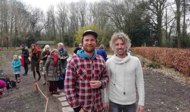 Bezoekers lieten zich ondanks het weer niet tegenhouden voor een bezoek aan de Biologische Regionale Plantjesmarkt. FOTO: Marcel Bos