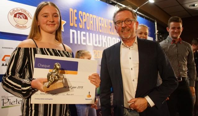 Roos kreeg de speciaal voor deze gelegenheid gebeeldhouwde Nieuwkoopse Otter in handen gedrukt, en niet veel later opnieuw een hoofdprijs als lid van de sportploeg van het jaar.