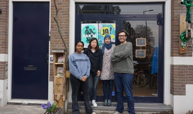 Femi van Elshuis, Erika Blikman, Hanina Ajarai en Maarten Bakker voor het pand van Studio de Bakkerij aan de Bergweg.