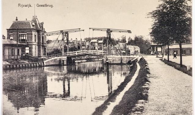 Een oude foto van de Geestbrug, genomen vanaf de Cromvlietkade.