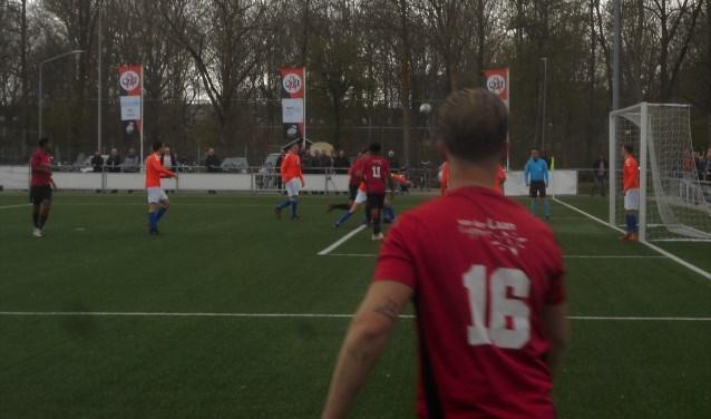 De goal van EBOH tegen Altena (1-1). Jesse Rensen kopt de hoekschop van Gianni Weststrate (16) binnen.