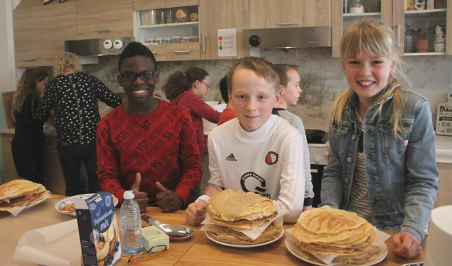 Er zijn in totaal bijna 500 pannenkoeken gebakken. V.l.n.r.: Omarion, Jop en Tara.