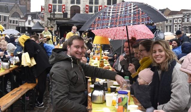 Vorig jaar hield het regenachtige weer Gouwenaars niet thuis tijdens het Paasontbijt op de Markt. Foto: Marianka Peters