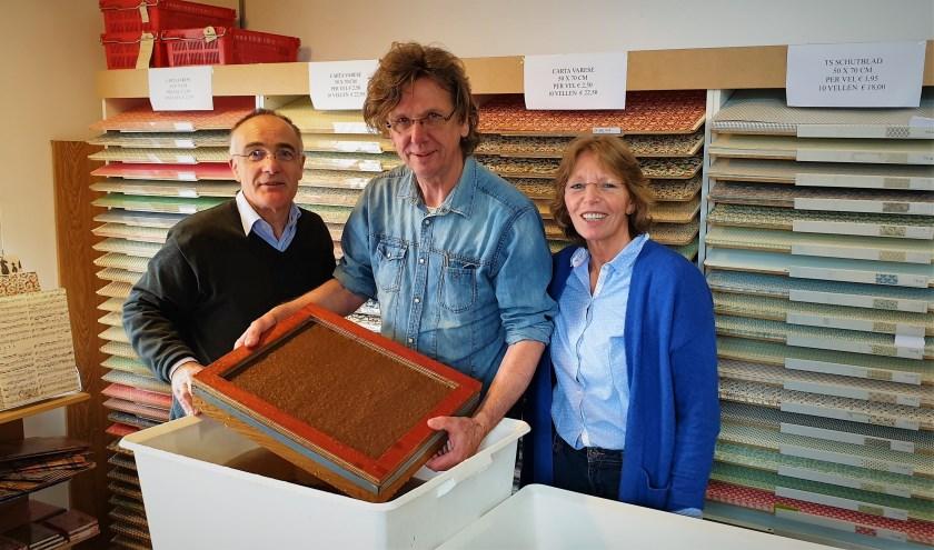Robert en Nicole Damen met papierschepper Leo Hoegen in hun nieuwe bedrijfspand.
