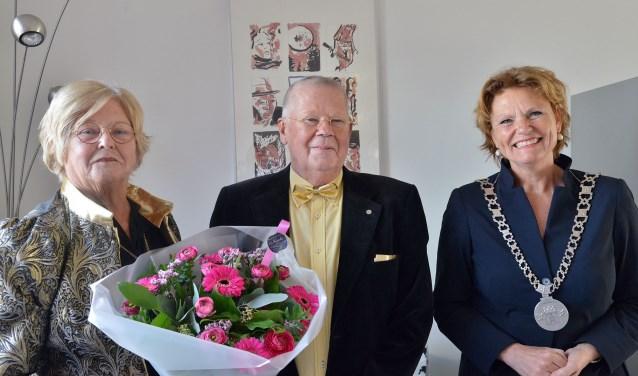Burgemeester Petra van Hartskamp kwam Roelien en Otto Meerwijk-Jacobse feliciteren met hun gouden huwelijk. En keerde zowaar terug met de ambtsketen van Willeskop. (Foto: Paul van den Dungen)