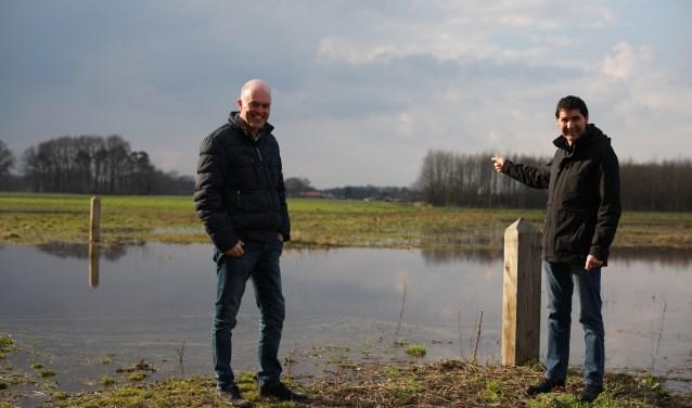 """Carlo en Richard bij de doorwaadbare plek in de Hallerlaak. """"In het voorjaar zien we het hier graag nat."""" (foto: Feikje Breimer)"""