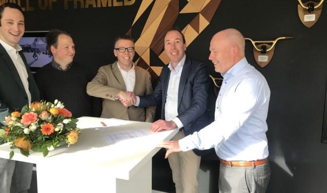 Jochem Schellens van Papendal schudt Thijs de Bruijn van Albert Heijn Veld de hand om de actie van start te laten gaan.