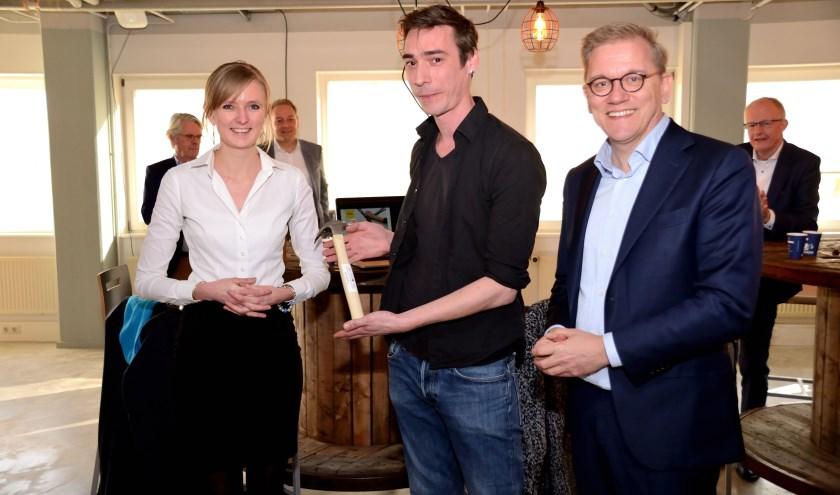 Sjef Mols kreeg een hamer van Tweede Kamerlid Eppo Bruins en kandidaat-Statenlid Annika van de Belt.