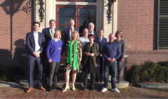 De deelnemende leden van Procinciale Staten op het bordes van het Heerder gemeentehuis.