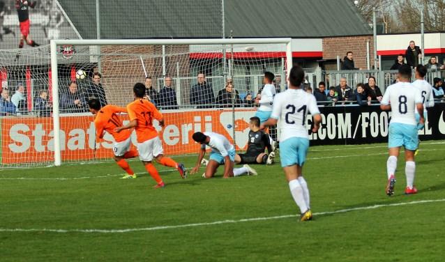 GOALLLLL ! AZ speler Mohamed Taabouni met rugnummer 10 loopt juichend weg nadat hij in de 27e minuut de 1-0 tegen de touwen schoot.