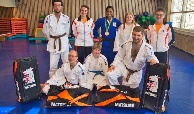 De Vlaardingse judoka's, met rechts trainer Rob Hoogendijk, kregen voor het vertrek naar Abu Dhabi nog even bezoek van Anicka van Emden, staande in het midden in het blauwe judopak (Foto: Erik de Wit).