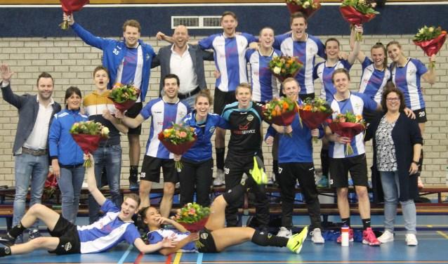 Blijdschap na het behalen van het kampioenschap bij het team. (foto: Patricia Brouwer)